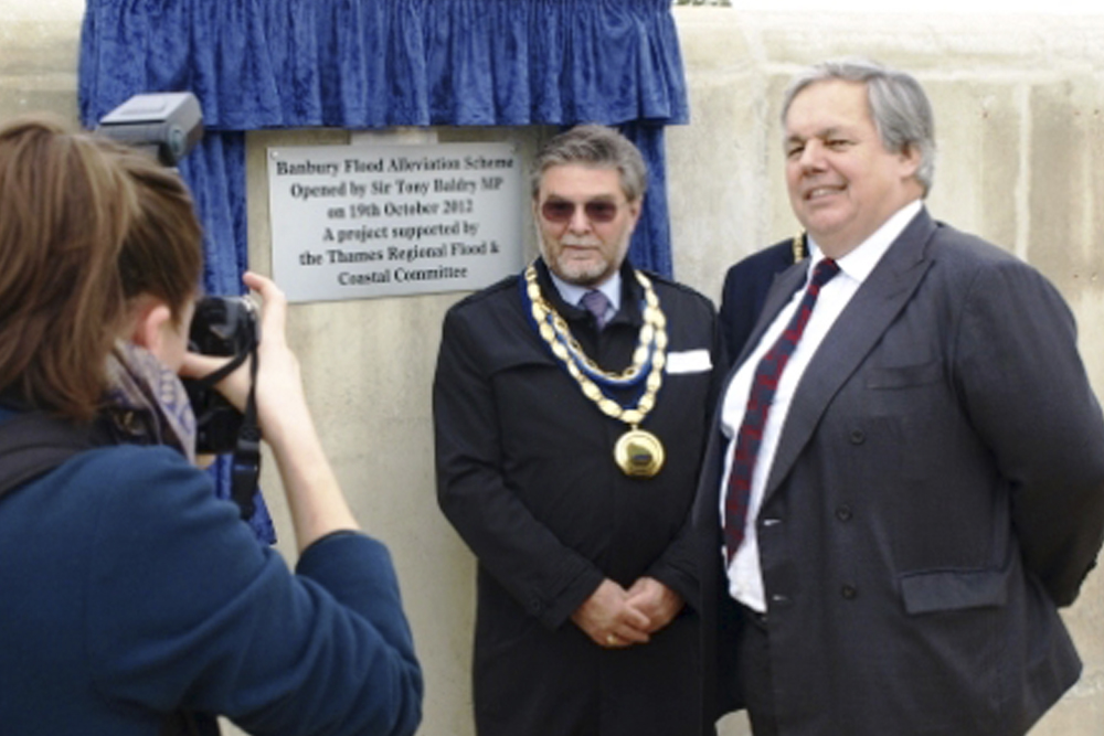 Sir Tony Baldry MP for Banbury with the Lord Mayor of Banbury unveiling the commemorative plaque.